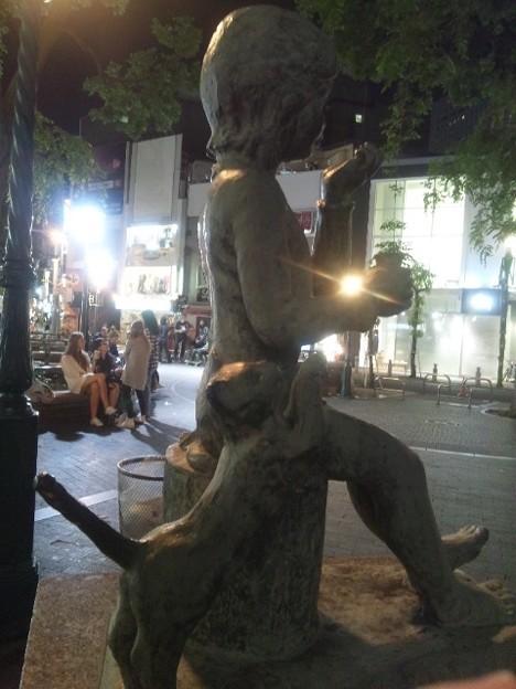 アメ村三角公園 猫と少女