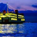 写真: 夕暮れフェリーボート