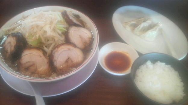 チャーシュー麺、半ライス餃子( 3個)セット。