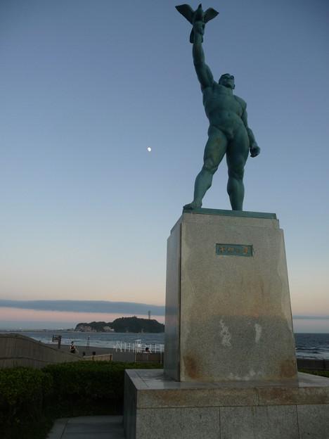 江ノ島と平和の像と月