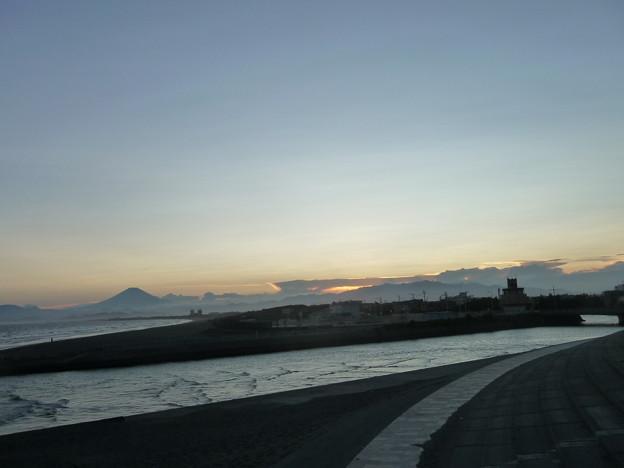 引地川と富士山のシルエット