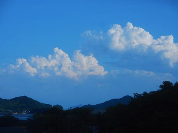 今日は初の猛暑で 入道雲が張り出し 初のスコールもやって来た。