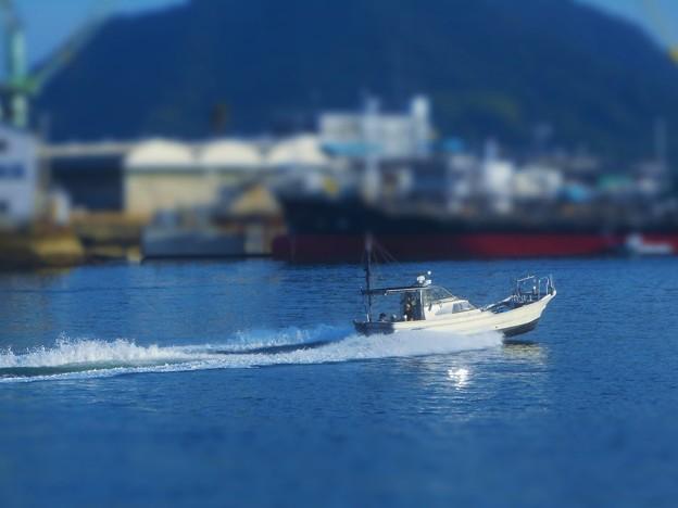 真夏の海を 全速ノットで 滑走する釣り船