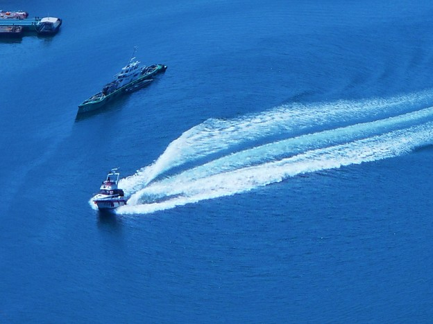 真夏の海を突っ走れ~ポイントへ急ぐ釣り船(小型クルーザー)~