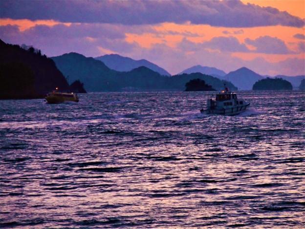 定期連絡船の往来する夕景