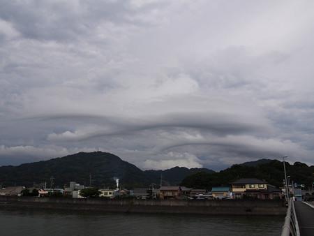 山に沿う雲