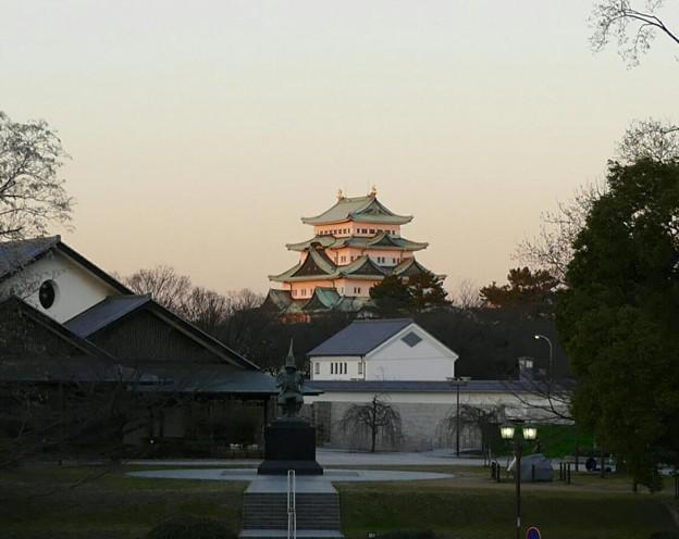 夕日に映える名古屋城