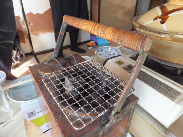 燗銅壺に炭入る