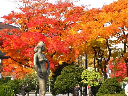 彫刻と紅葉