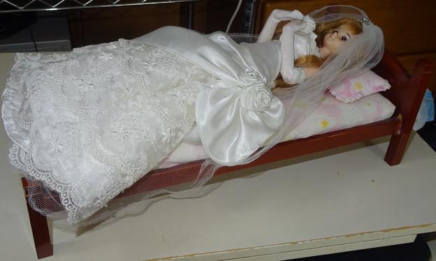 ウェディングドレス(ローズリエール)を着たジェニー(J1)(ベッド)