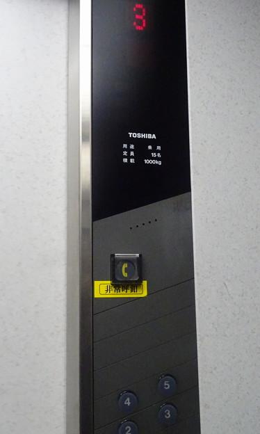 東京競馬場フジビュースタンド西館のエレベーター操作盤(東芝製)