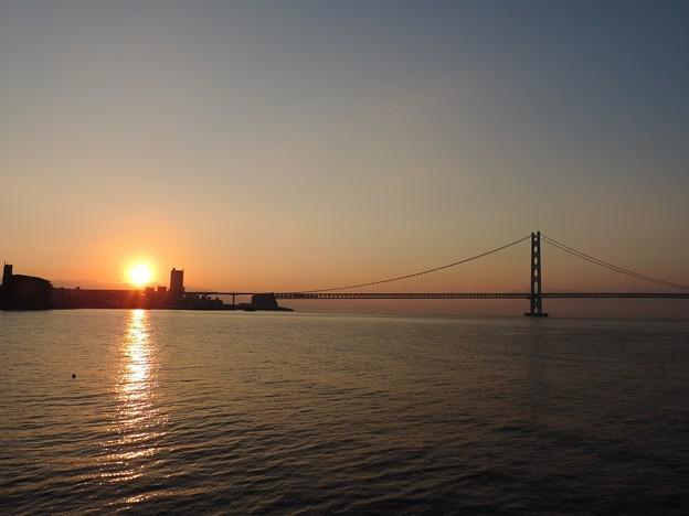 初日の出のシルエット 明石大橋