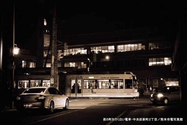 夜の町を行く白い電車。
