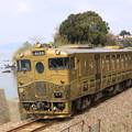 写真: 大村湾と或る列車