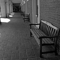 通路にあるベンチ