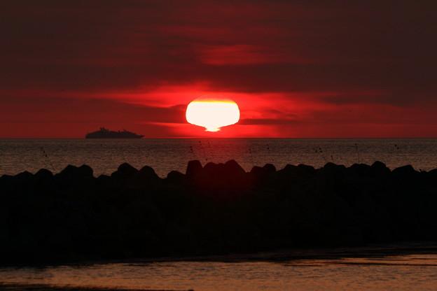 大型客船と変形夕陽