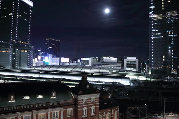 東京駅と満月 ホームに新幹線