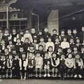 写真: 一年生 木造校舎の前で
