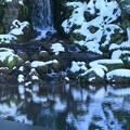 写真: 雪の兼六園 翠滝と瓢池