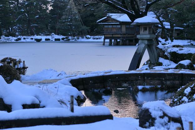 雪の兼六園 徽軫灯籠と内橋亭