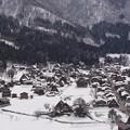 雪に埋もれそうな白川の郷にも観光客は訪れる