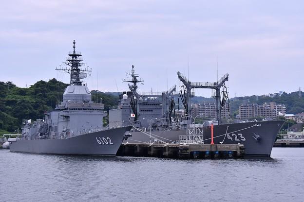 軍港めぐりの遊覧船に乗り。。吉倉桟橋に停泊中 試験艦あすかと補給艦ときわ。。20160619