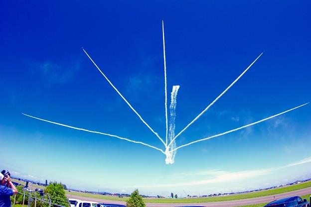 航空ページェント予行。。ブルーインパルス 魚眼で見るサンライズ 丘珠の空