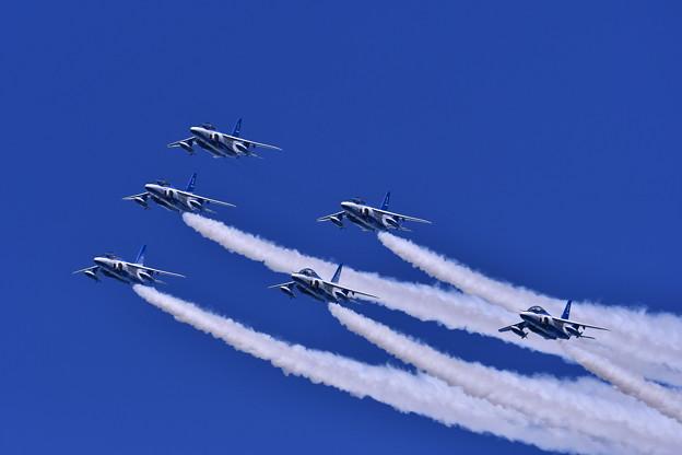 航空ページェント予行。。ブルーインパルス丘珠の空へ ループから綺麗なデルタ隊形
