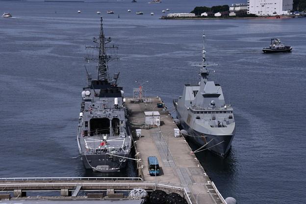 吉倉桟橋にシンガポール共和国海軍のステッドファーストとポストシップのたかなみ 20160821