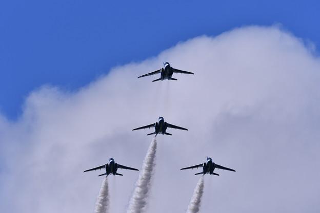 途中が第5区分編隊飛行。。アロー形態。。ブルーインパルス
