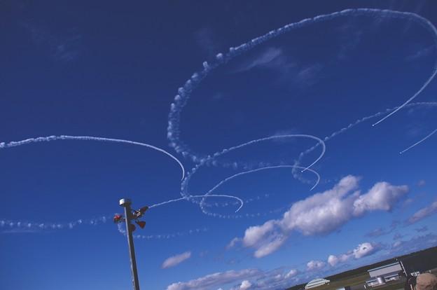 三沢の大空に描くブルーインパルスのサクラ。。予行練習
