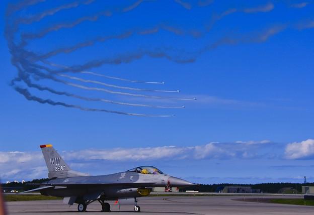 三沢の大空へF-16とブルーインパルス チェンジオーバーターン。。