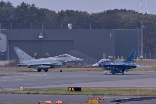 日本初飛行。。イギリス空軍ユーロファイタータイフーン登場 10月24日
