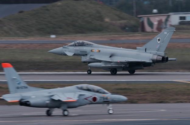 三沢空港から見える風景。。T-4とイギリス空軍タイフーン。。20161024