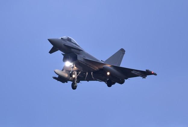日暮れの三沢基地 イギリス空軍タイフーン。。ランディングライト点灯20161024