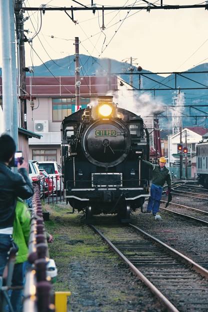 間近で見れる転車作業。。ゆっくりと進んでSL。。大井川鉄道 新金谷駅