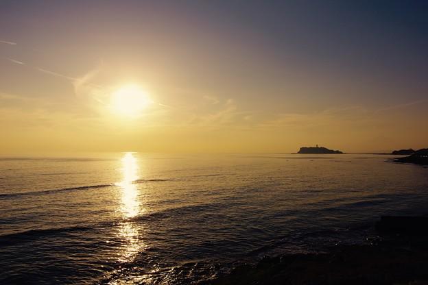燃え上がる太陽が西へ沈み。。稲村ヶ崎の海岸 20170107
