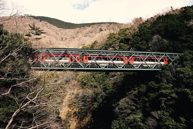 箱根の山をバックに鉄橋渡る。。サン・モリッツ号とアレグラ号連結 箱根登山鉄道20170129