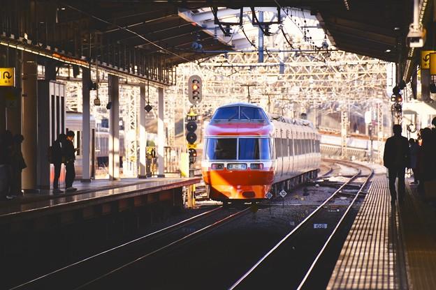 滑り込むように海老名駅通過して。。ロマンスカーLSE 7000系の勇姿 20170219