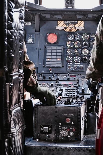 木更津航空祭。。チヌークコックピット 慎重に操縦して