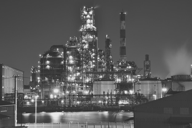 モノクロ風景で見る夜の東亜石油の分解装置20170304