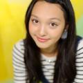 写真: モニカ瑠那背景紙アップ