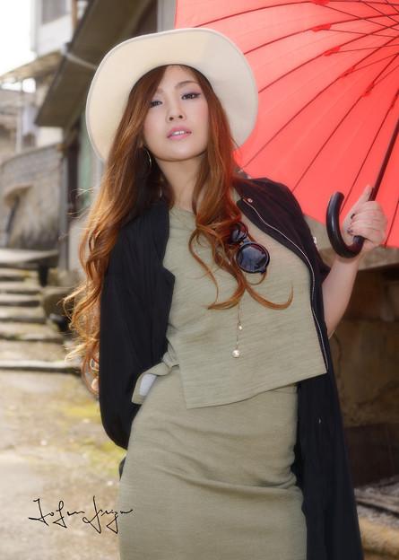 写真: 神原みお赤い傘Wアップ
