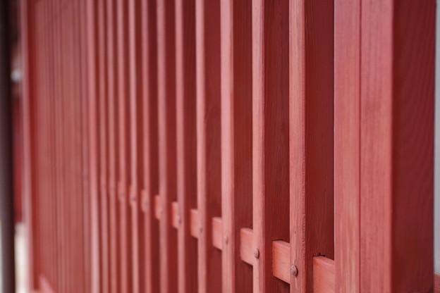 写真: ベンガラ色の格子戸