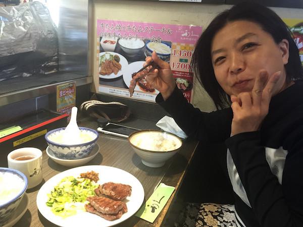 仙台の牛タンはとても美味しくて家内も満足