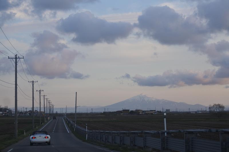 長いまっすぐな農道を岩木山に向かって走る