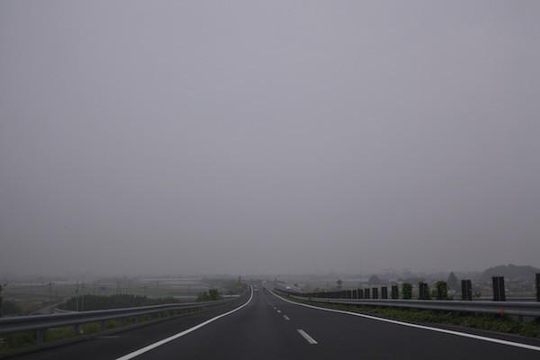 霧の北関東自動車道を西へ進む