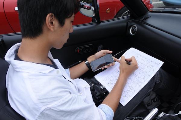 クイズの答えや走行距離などを回答用紙に記入して提出