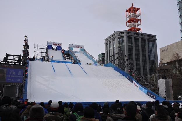 仮設ジャンプ台でスキー&スノーボードのジャンプが披露される