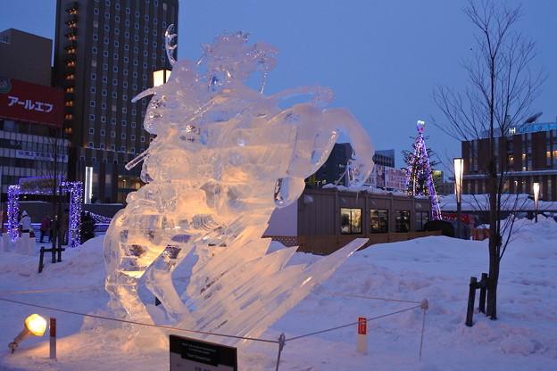 黄昏時のライトアップされた氷像